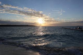 水の体に沈む夕日の写真・画像素材[1032253]