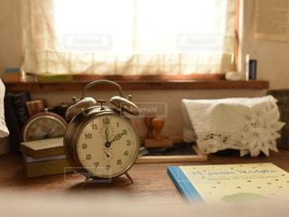 古い時計と小さなデスクの写真・画像素材[1035628]