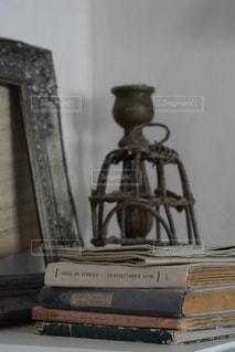 古い本と雑貨の写真・画像素材[1037336]