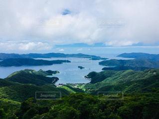 近くに緑豊かな緑の丘陵のアップの写真・画像素材[1052391]