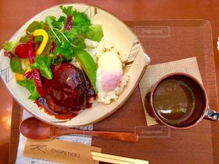 木製のテーブルの上に座って食品のプレートの写真・画像素材[1037195]