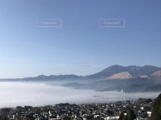 背景の山と水の大きな体の写真・画像素材[1034869]