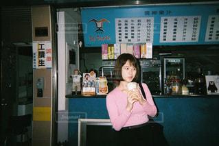 店の前に立っている少女の写真・画像素材[1035804]