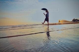 浜辺に立っている人の写真・画像素材[3693983]