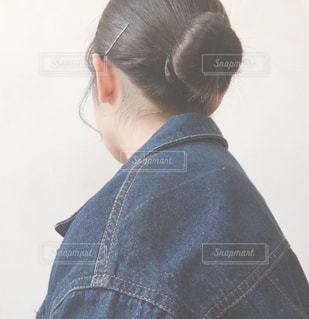 お団子ヘアの女性の写真・画像素材[1033946]