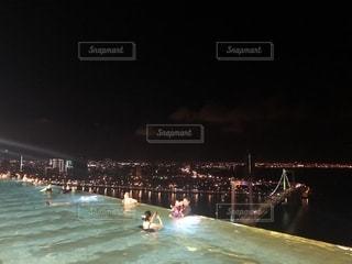 大きな水域の人々の群し方の写真・画像素材[2430699]