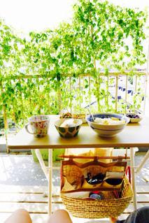 テーブルの上に食べ物のボウルの写真・画像素材[1158306]