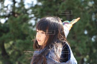 近くに木の少女のアップの写真・画像素材[1288892]