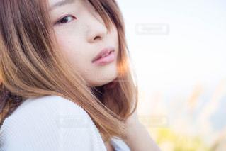 近くの女性のアップの写真・画像素材[1039640]