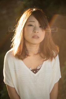 白いシャツの女の写真・画像素材[1039658]