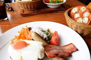 テーブルの上に食べ物のプレートの写真・画像素材[1155739]