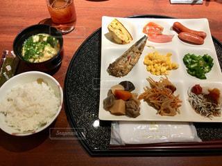 テーブルの上に食べ物のプレートの写真・画像素材[1279115]