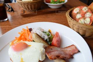 テーブルの上に食べ物のプレートの写真・画像素材[1279116]