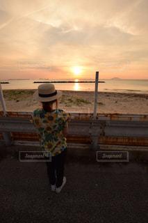 ビーチの前に立っている男の写真・画像素材[1279117]