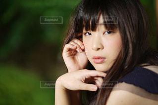 近くの女性のアップの写真・画像素材[1281234]