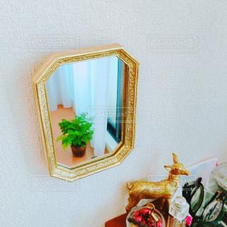 家具やテーブルの上の花瓶で満たされた部屋の写真・画像素材[1035653]