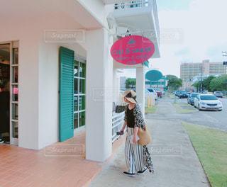 カフェに入る女性 - No.1037953