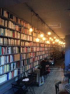 本棚の本でいっぱいの部屋の写真・画像素材[1035377]