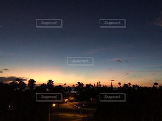 夜の街に沈む夕日の写真・画像素材[1035999]