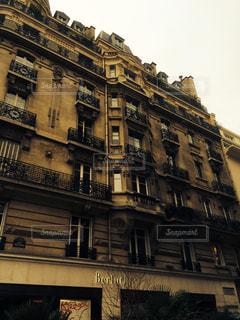 多くの窓の大きな古い建物の写真・画像素材[1036014]