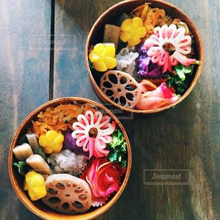 テーブルの上に食べ物のボウルの写真・画像素材[1036347]