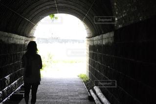 トンネルの先にある未来の写真・画像素材[1036363]
