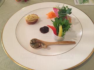 肉と野菜をトッピング白プレートの写真・画像素材[1036361]