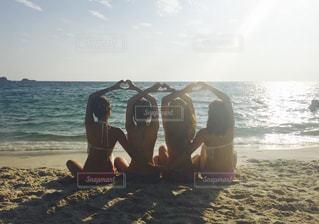 浜辺に座っている人の写真・画像素材[2328356]