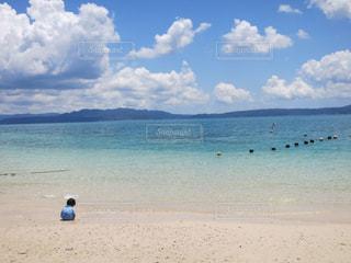 砂浜の上に立つ人の写真・画像素材[2328379]