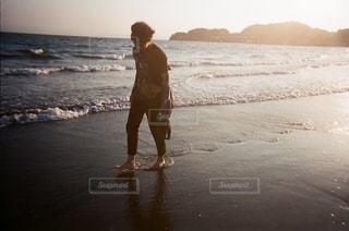 ビーチに立っている人の写真・画像素材[1237024]