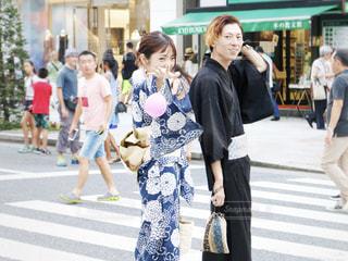 通りを歩く人々 のグループの写真・画像素材[1381179]