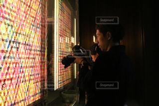 店の前に立っている男の写真・画像素材[1381182]