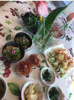 テーブルの上に食べ物のプレートの写真・画像素材[1041553]