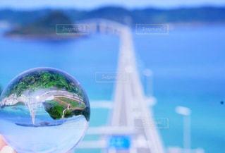 クリアボールの中の角島大橋の写真・画像素材[1038357]