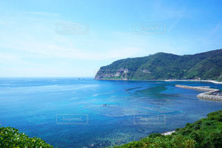 背景の山と水体の写真・画像素材[1402826]