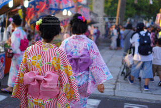 観衆の前で通りを歩いている人の写真・画像素材[1436846]