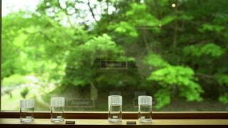 ベンチに座っている花の花瓶の写真・画像素材[4408842]