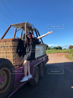未舗装の道路を運転してトラックの荷台に乗って人の写真・画像素材[1128363]
