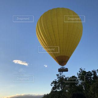 空に大きなバルーンの写真・画像素材[1128365]