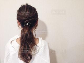 白いシャツの女の写真・画像素材[1040800]