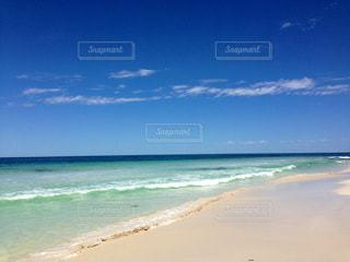 海の横にある砂浜のビーチの写真・画像素材[1037747]
