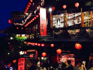 混雑した街の通りは夜のトラフィックでいっぱいの写真・画像素材[1040820]