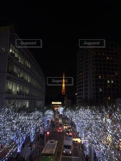 街の通りの人々 のグループは夜のトラフィックでいっぱいの写真・画像素材[1041339]