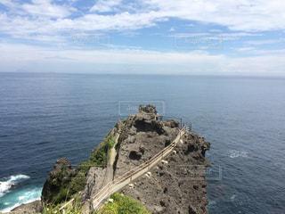 水の体の真ん中に岩の島の写真・画像素材[1041394]