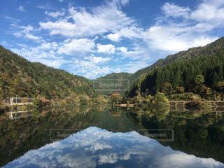 背景の山と水の体の表示の写真・画像素材[1041402]