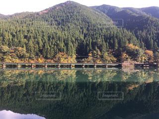 背景の山と水の大きな体の写真・画像素材[1049378]