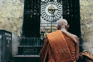 建物の前に立っている人の写真・画像素材[1043778]