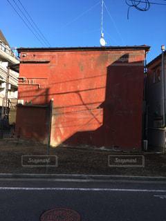 大きなオレンジ色の壁の写真・画像素材[1107989]