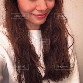 カメラの笑みを浮かべて女性の写真・画像素材[1038763]