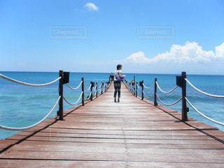 空と海と女性の写真・画像素材[1051915]